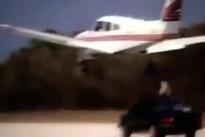 باز کردن چرخ هواپیما توسط خدمه زمینی
